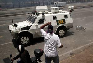 Manifestante é atropelado por blindado perto da base La Carlota em Caracas durante dia de tensão; líder opositor, Juan Guaidó, declarou ter conseguido apoio de militares contra Nicolás Maduro Foto: UESLEI MARCELINO / REUTERS