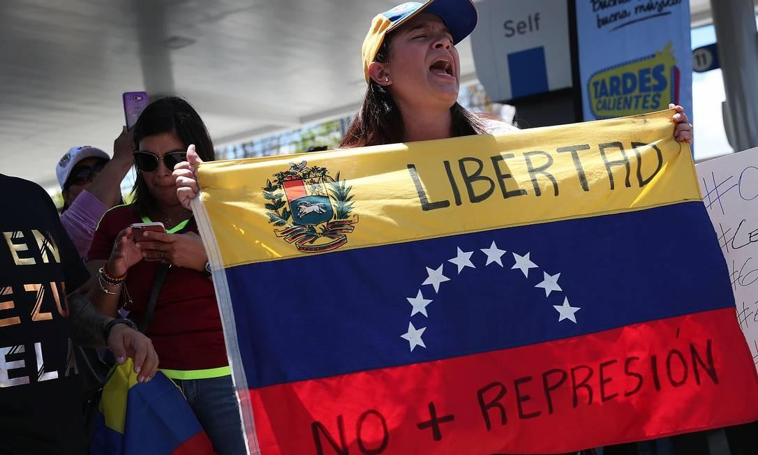 Na Flórida, venezuelanos demonstram apoio a Guaidó durante uma reunião do lado de fora do restaurante El Arepazo Doral Foto: JOE RAEDLE / AFP