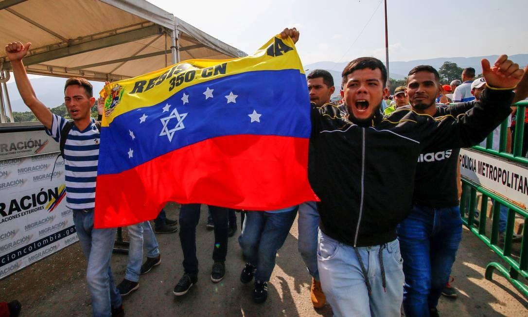 Soldados venezuelanos que desertaram para a Colômbia demonstram apoio ao líder da oposição Juan Guaidó na ponte internacional Simón Bolívar em Cúcuta, Colômbia, na fronteira com a Venezuela Foto: SCHNEYDER MENDOZA / AFP