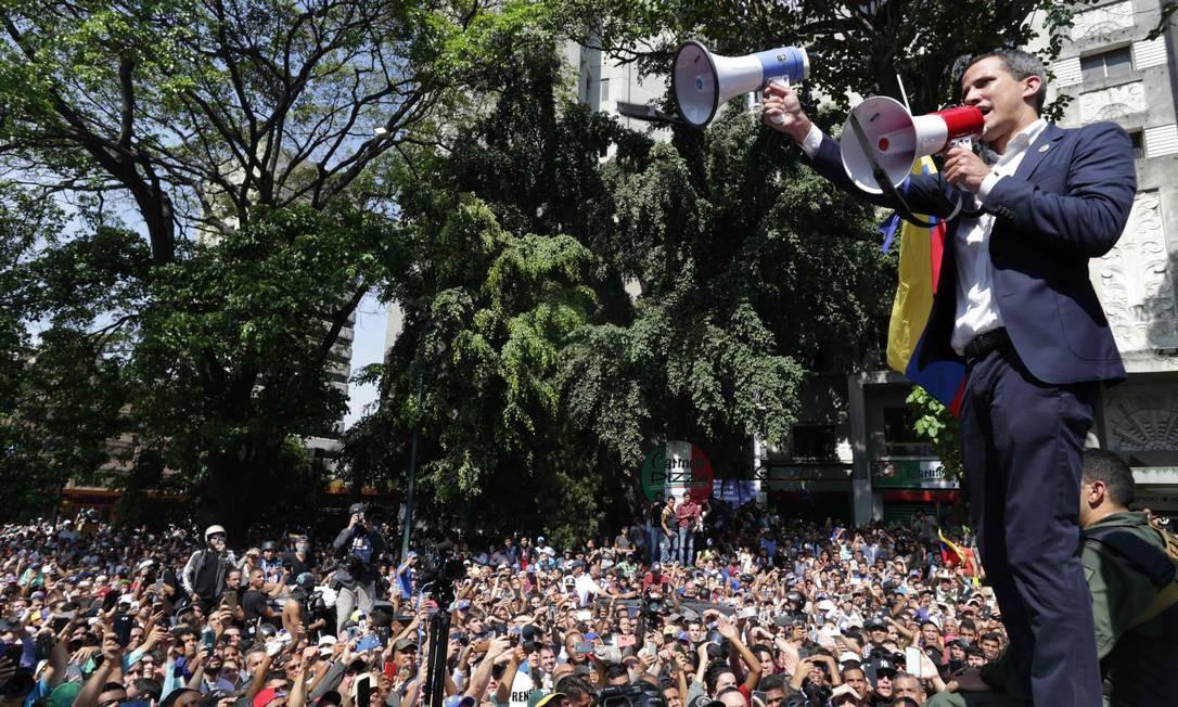O líder da oposição venezuelana e autoproclamado presidente em exercício Juan Guaidó discursa em Caracas Foto: CRISTIAN HERNANDEZ / AFP