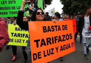 Manifestantes levam cartazes contra os tarifaços de luz e água durante uma greve nacional em Buenos Aires, Argentina Foto: AGUSTIN MARCARIAN / REUTERS