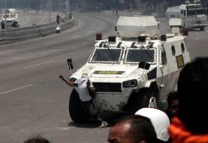 Um manifestante contra Maduro é atropelado por blindado das forças de segurança do governo em Caracas Foto: UESLEI MARCELINO / REUTERS