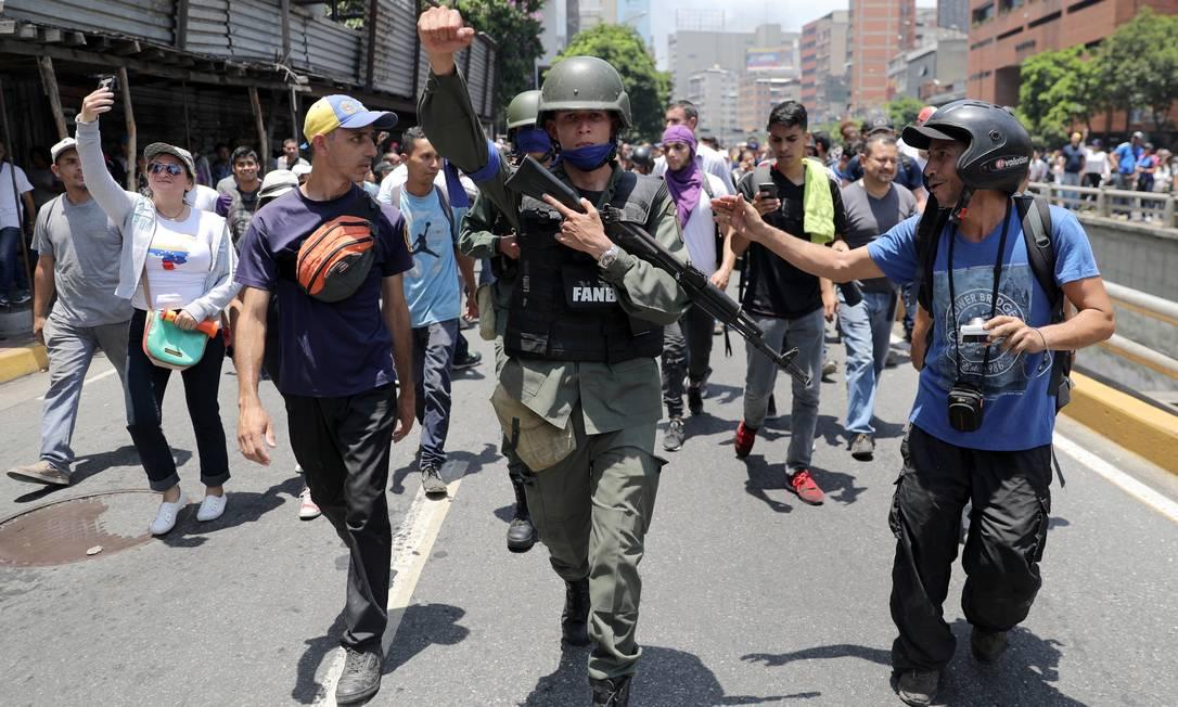 Um integrante da Guarda Nacional da Venezuela adere à manifestação promovida por Guaidó contra Maduro Foto: STRINGER / REUTERS