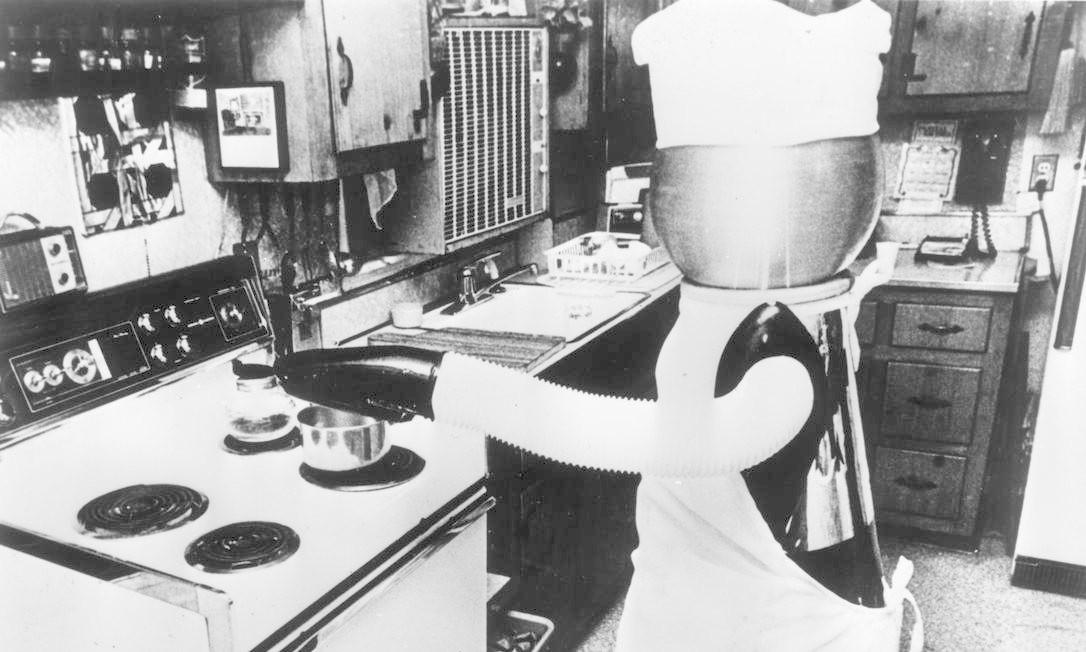 Um robô que realiza afazeres domésticos, construído em 1978 Foto: Alan Band / Getty Images