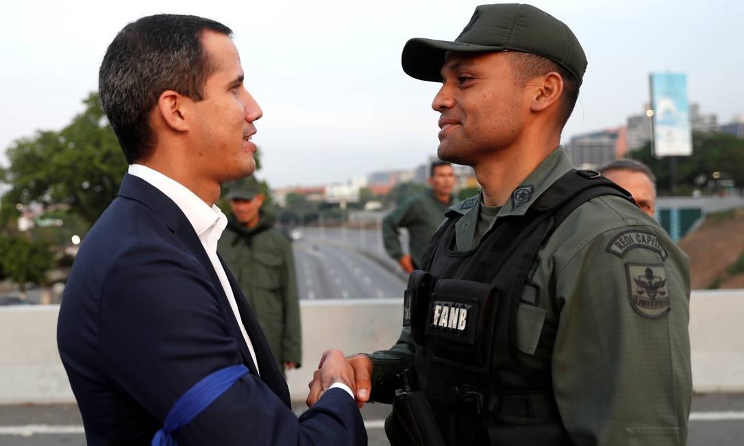 Juan Guaidó cumprimenta um dos militares que desertaram e decidiram apoiar a oposição. Foto: CARLOS GARCIA RAWLINS / REUTERS