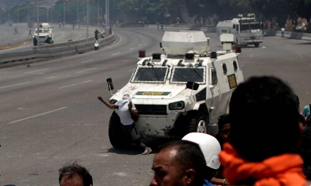 Um veículo blindado das forças que defendem Maduro atropela um manifestante durante os protestos contra o regime ditatorial Foto: UESLEI MARCELINO / Agência O Globo