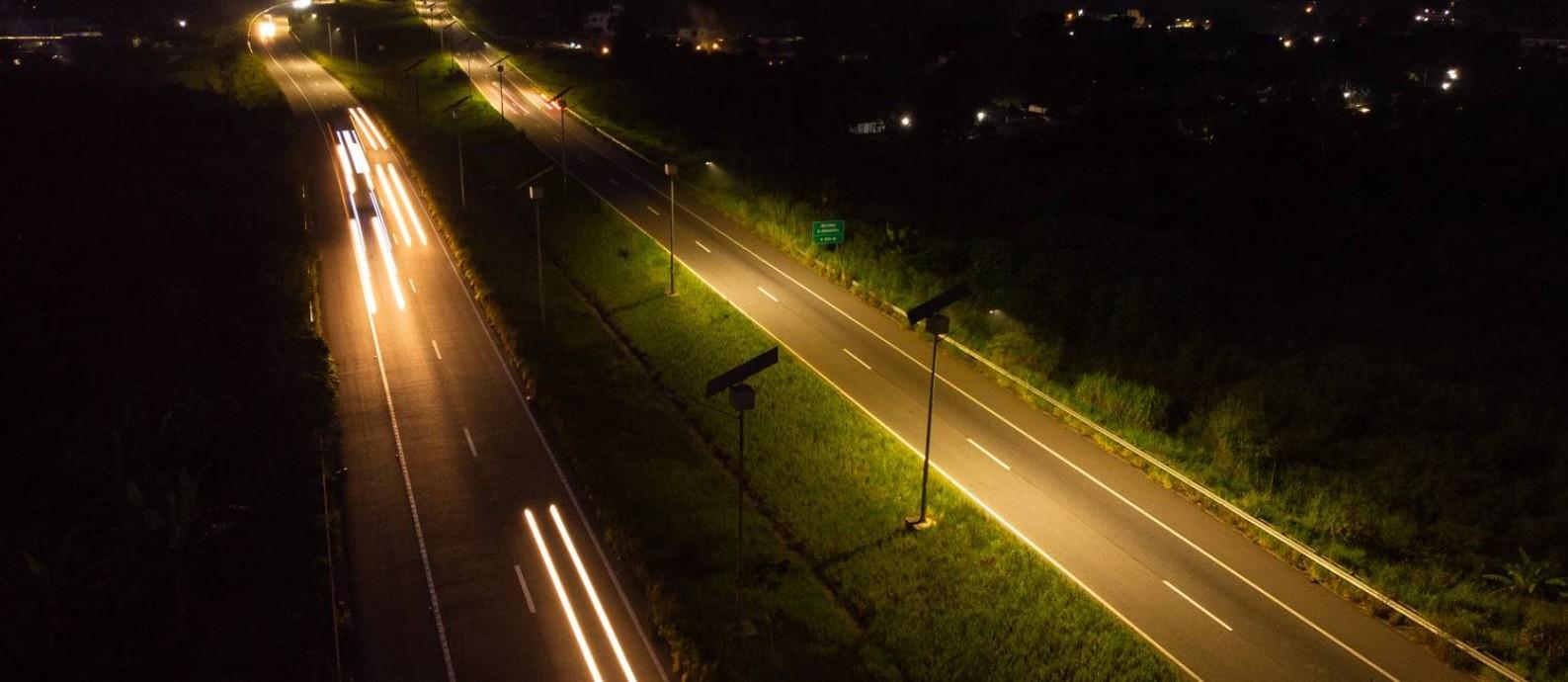 À noite, apenas o farol dos carros ilumina o Arco Metropolitano Foto: Brenno Carvalho / Agência O Globo