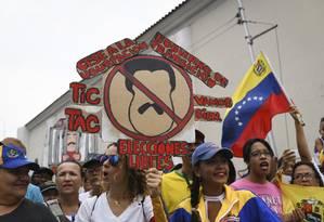 Manifestantes protestam contra Nicolás Maduro, em Maracay, 26 de abril Foto: Carlos Becerra / Getty Images
