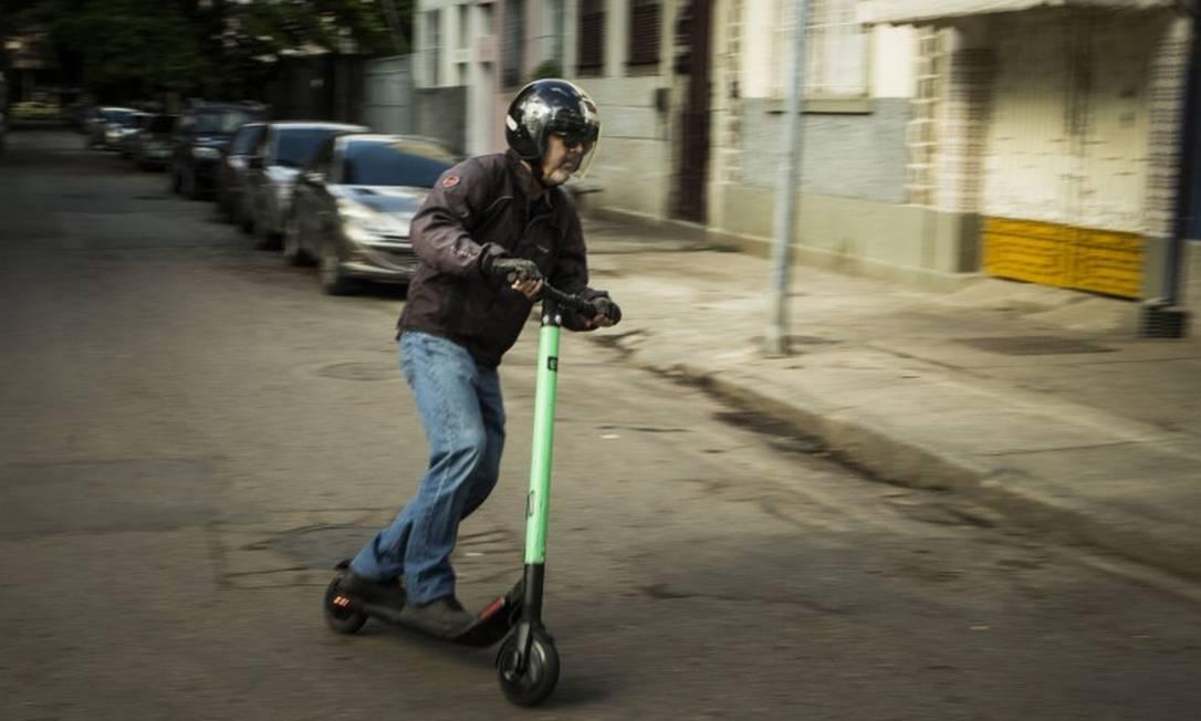 A pilotagem do patinete elétrico exige cuidado com os obstáculos urbanos - e com os pedestres Foto: Guito Moreto / Agência O Globo
