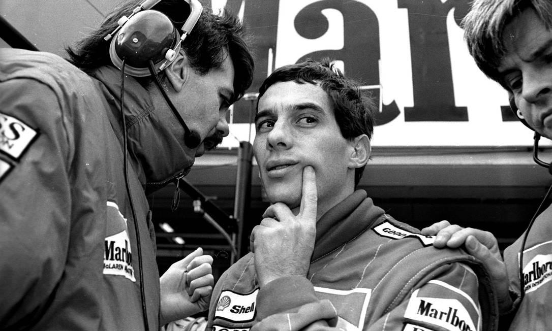 Ayrton Senna conversa com membro da sua equipe na McLaren durante a última sessão de treinos para o GP do Japão, em 29 de outubro de 1988. Ele conquistou a pole para a corrida do Grande Prêmio Foto: Masaharu Hatano / Reuters