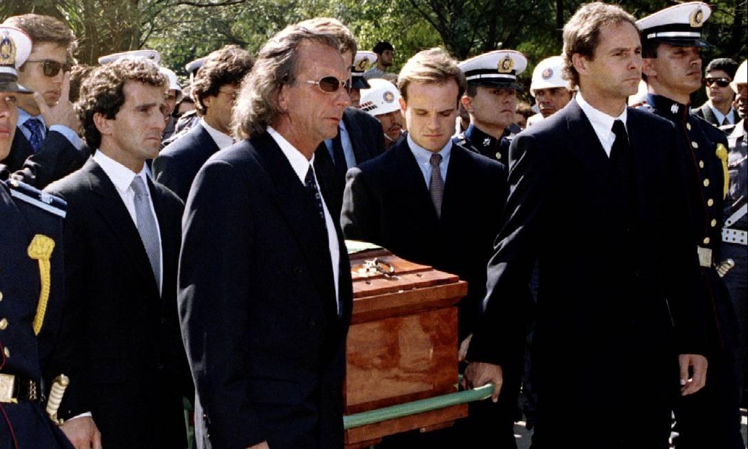 Capeões de Fórmula 1 levam o caixão de Ayrton Senna ao túmulo durante o funeral no Brasil, em 5 de maio de 1994. Da esquerda para a direita: Alain Prost, Emerson Fittipaldi, Rubens Barrichelo e Gerhard Berger Foto: Stringer . / REUTERS