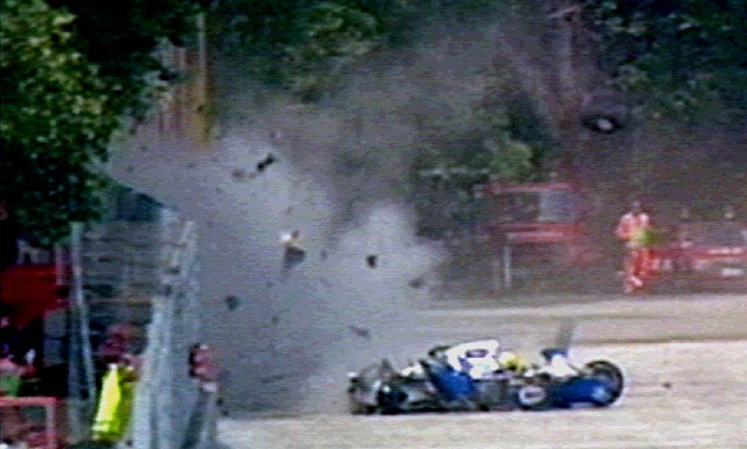 Os destroços do carro do tricampeão mundial da Williams-Renault, campeão mundial, Ayrton Senna, voam pelo ar em Ímola, em 1994 Foto: Str Old / REUTERS