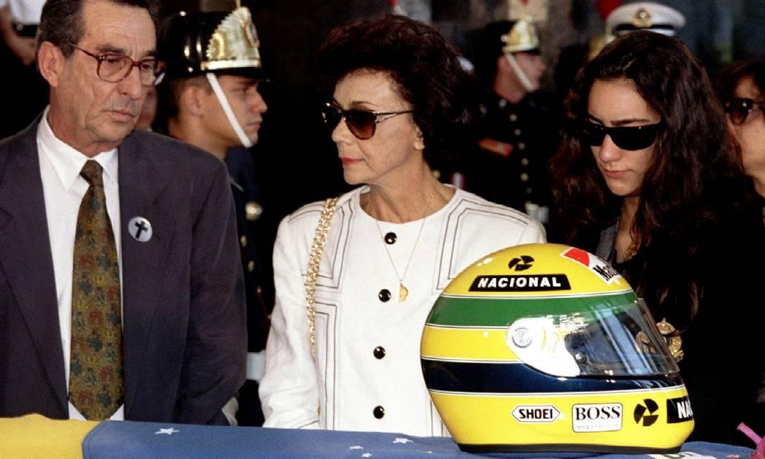 Os pais de Ayrton Senna e sua irmã, Milton Senna, Neide e Viviane Senna, diante do caixão coberto de bandeiras do piloto no prédio da Assembleia Legislativa de São Paulo Foto: Stringer . / REUTERS