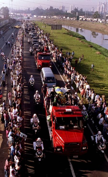 Uma carreata acompanha o caixão do piloto de Fórmula 1 Ayrton Senna, morto no Grande Prêmio de San Marino, vai do aeroporto de São Paulo para o centro da cidade no Brasil em 4 de maio de 1994 Foto: Stringer . / REUTERS