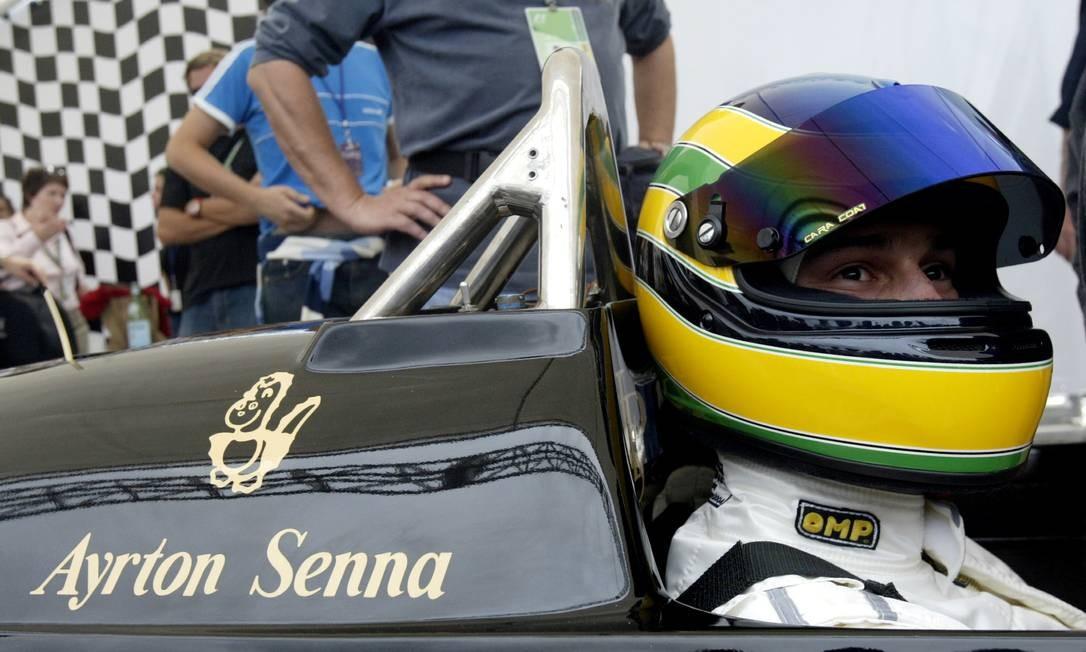 Bruno Senna, sobrinho do falecido brasileiro Ayrton Senna, se prepara para pilotar o carro Lotus, de 1986, na pista de Interlagos em São Paulo, em 23 de outubro de 2004 Foto: Sergio Moraes / REUTERS