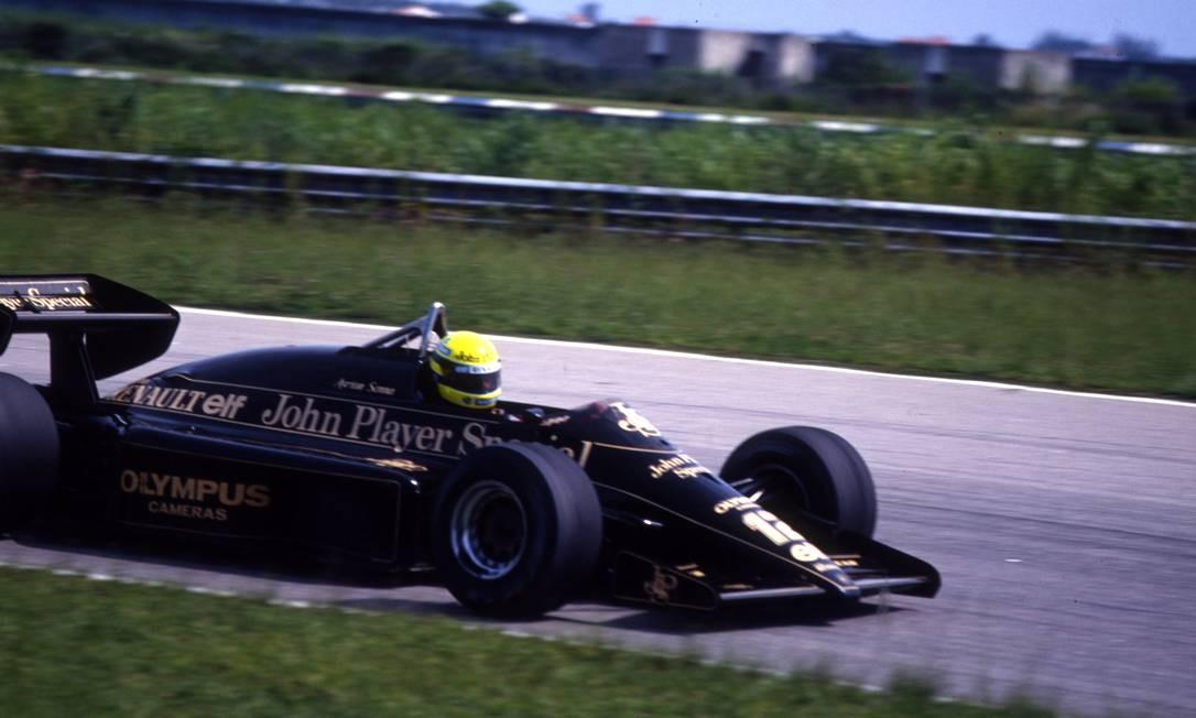 Ayrton Senna pela Equipe Lotus, com o modelo 97T, da Renaul, no Autódromo de Jacarepaguá, em 1985 Foto: Arquivo O Globo / Agência O Globo