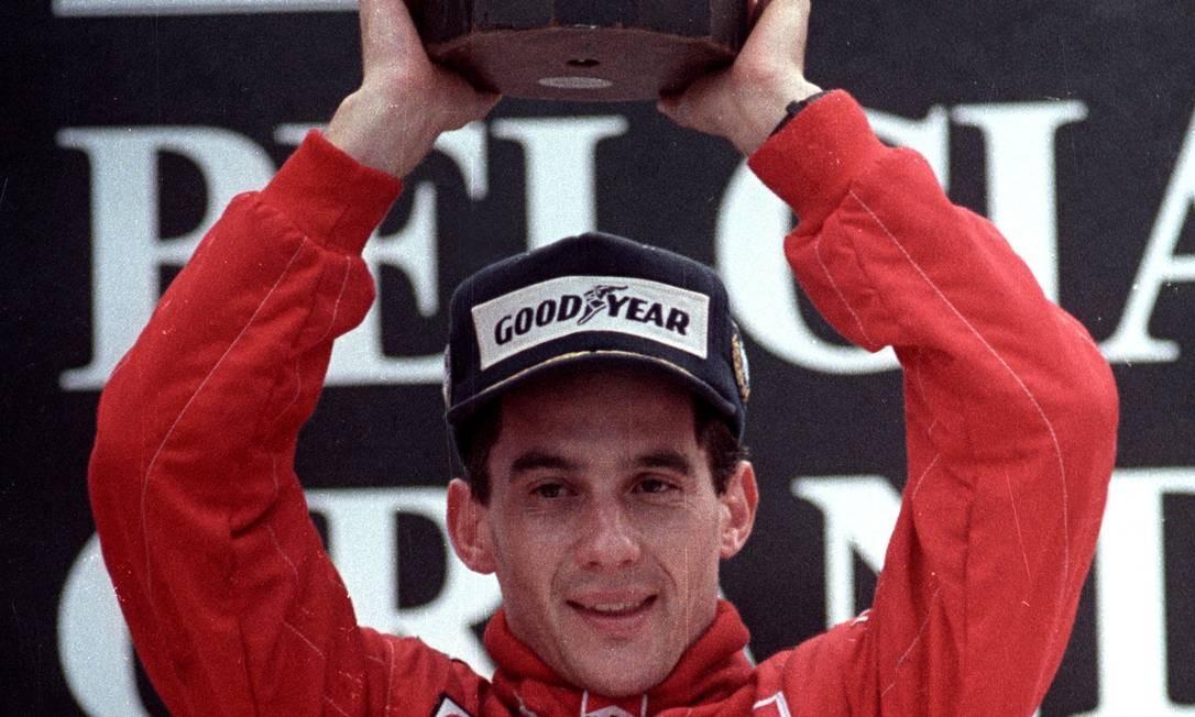 Ayrton Senna do Brasil levanta seu troféu depois de vencer o Grande Prêmio da Bélgica em 28 de agosto de 1988 Foto: Reuters Staff / Reuters