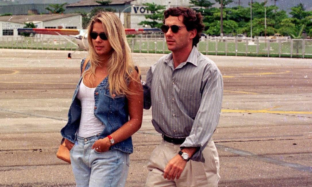Ayrton Senna com sua então namorada Adriana Galisteu no Aeroporto de Jacarepaguá, em 1993 Foto: Ari Lago / Agência O Globo