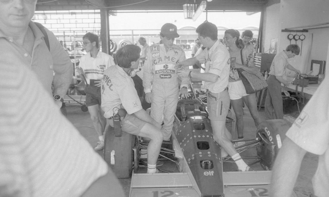 Ayrton Senna ouve explicações da equipe em treino oficial para o Grande Prêmio Brasil de Fórmula, no Autódromo de Jacarepagu, em 1987 Foto: Arquivo O Globo / Agência O Globo