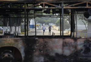 Ônibus queimado após dia de protestos e violência em Caracas Foto: MATIAS DELACROIX / AFP