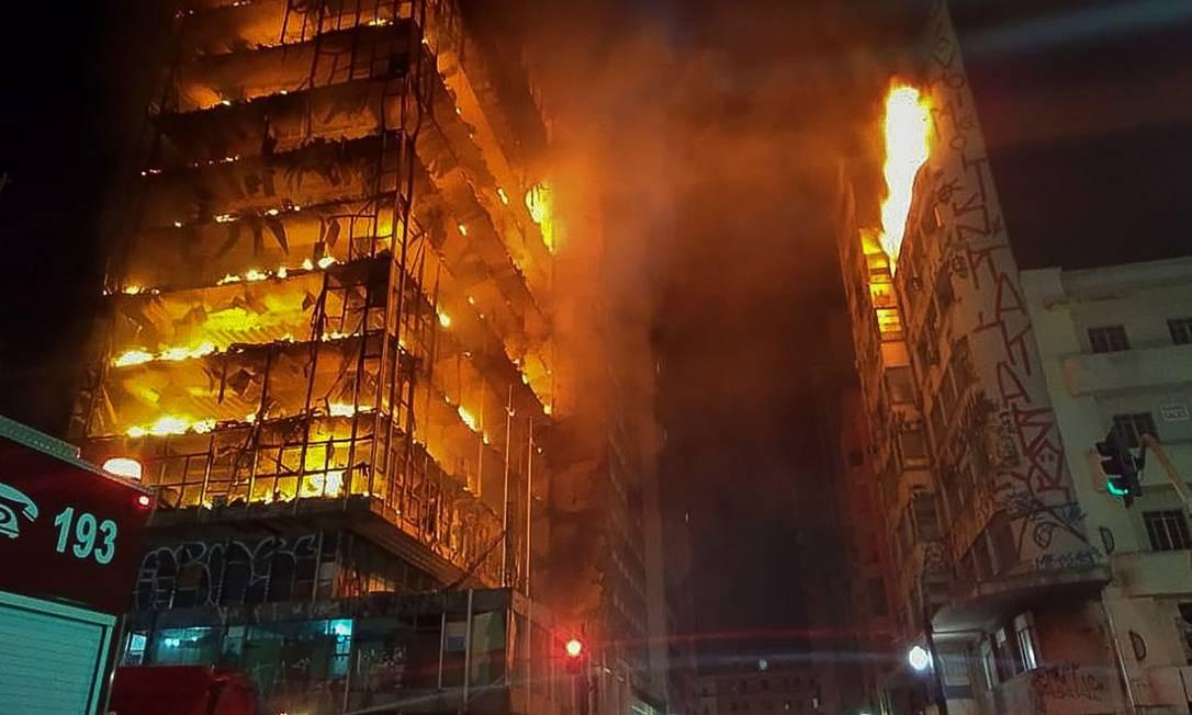 Em chamas, prédio desabou na madrugada de 1º de maio de 2018 no Centro de São Paulo Foto: HANDOUT / AFP