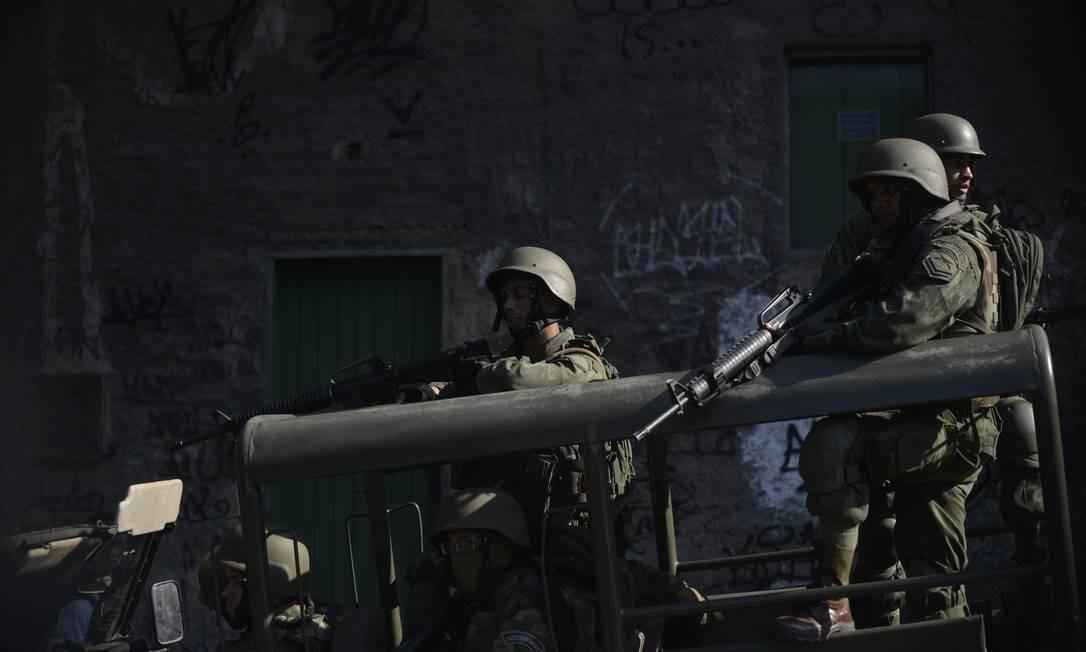 Exército em busca de traficantes no Rio de Janeiro Foto: Fábio Teixeira / Agência O Globo
