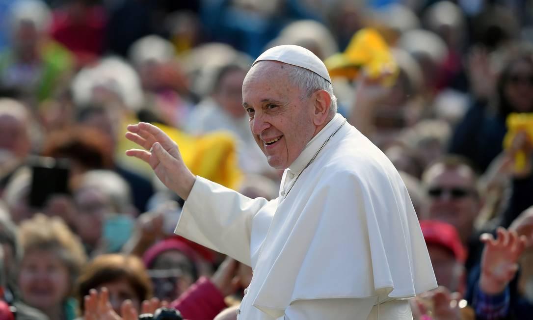 O Papa Francisco saúda os fiéis ao chegar à Praça de São Pedro para a audiência geral desta quarta-feira no Vaticano: Pontífice conta com apoio da Igreja global contra minúscula oposição de ultraconservadores Foto: TIZIANA FABI/AFP