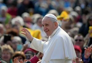 O Papa Francisco saúda os fiéis ao chegar à Praça de São Pedro Foto: TIZIANA FABI/AFP