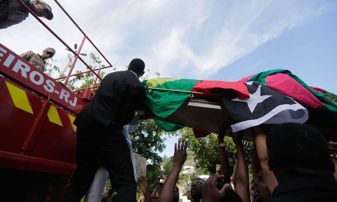 Bandeiras do Brasil, da Mangueira e do Botafogo adornam o caixão Foto: Brenno Carvalho / Agência O Globo