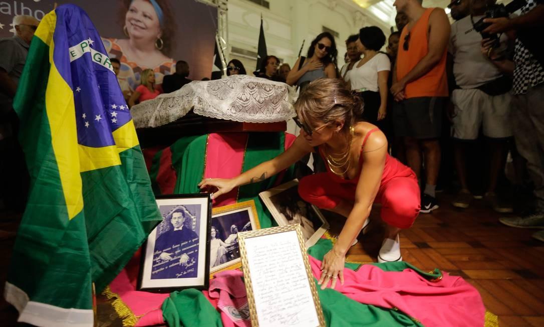 Luana Carvalho, filha de Beth, arruma a decoração do velório Foto: Brenno Carvalho / Agência O Globo