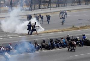 Novos confrontos. Manifestantes partidários da oposição enfrentam as forças de segurança de Maduro pelo segundo dia consecutivo em Caracas Foto: UESLEI MARCELINO / REUTERS