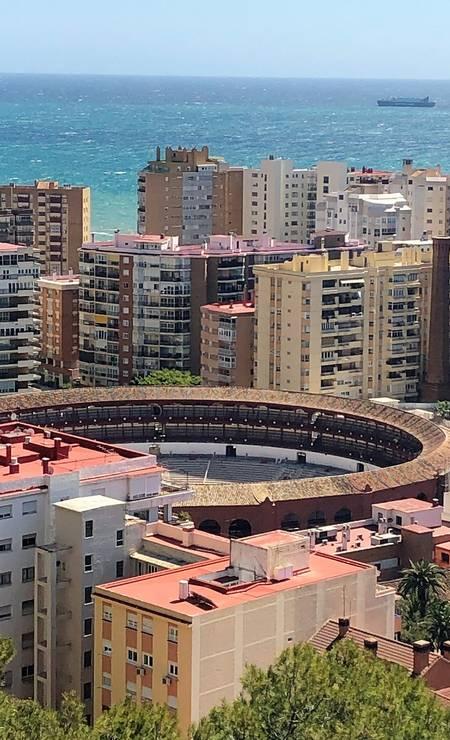 Vista aérea da Plaza de Toros de la Malagueta, de 1876, que hoje divide espaço com paredão de pédios modernos na orla de Málaga Foto: Carla Lencastre