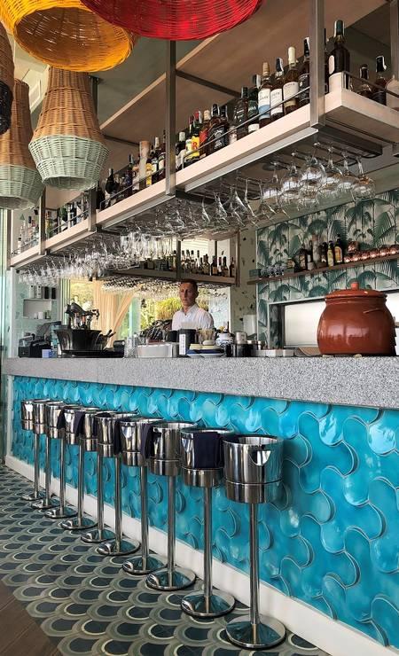 O lindo balcão azul do Diblú, boa opção para refeição na praia em Marbella Foto: Carla Lencastre