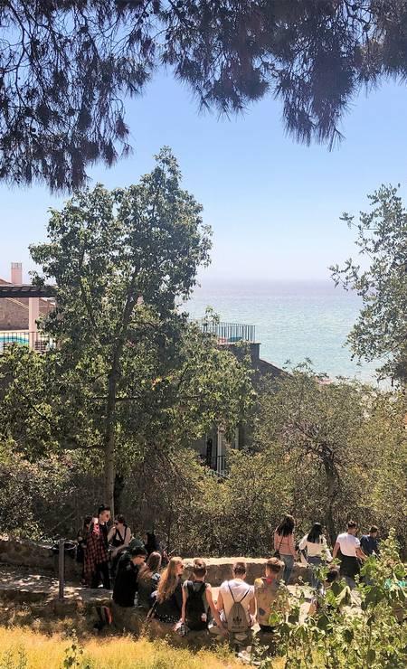 Jovens numa das paradas do Sendero Malagueta, caminho para pedestres que oferece lindas vistas para o mar e a cidade de Málaga Foto: Carla Lencastre