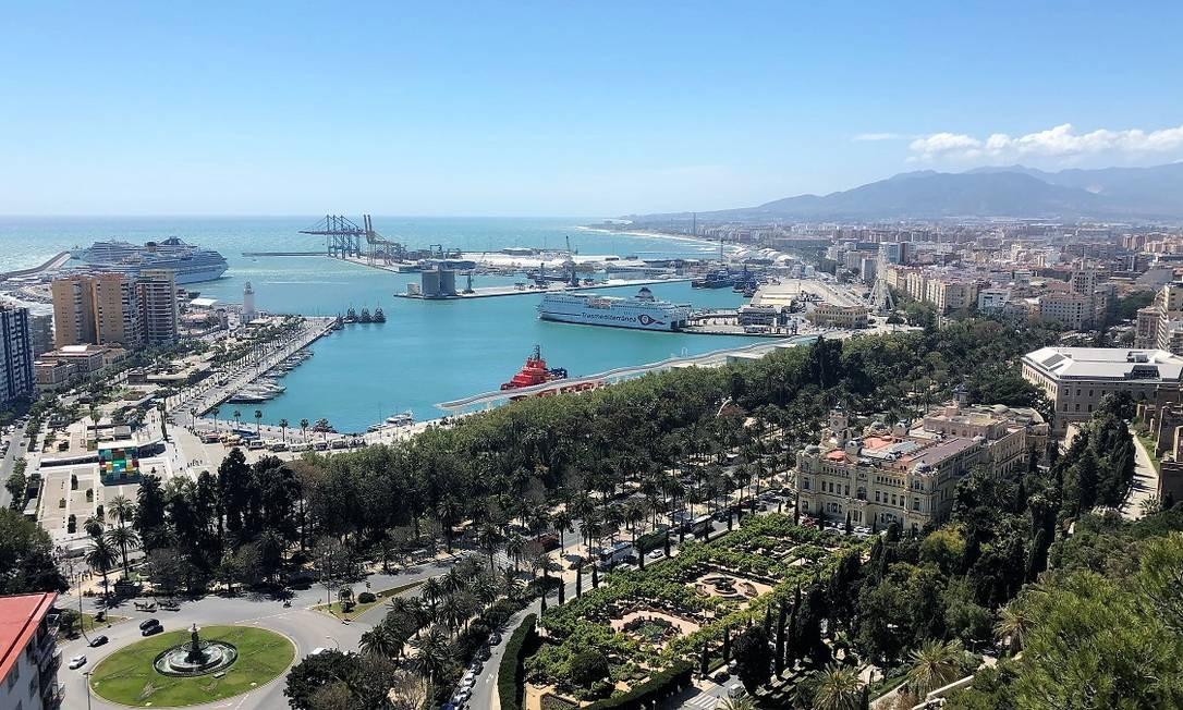 O calçadão à beira-mar de Málaga visto a partir do Sendero Malagueta, com destaques para o cubo colorido do Centre Pompidou, os jardins da prefeitura e o terminal de cruzeiros Foto: Carla Lencastre