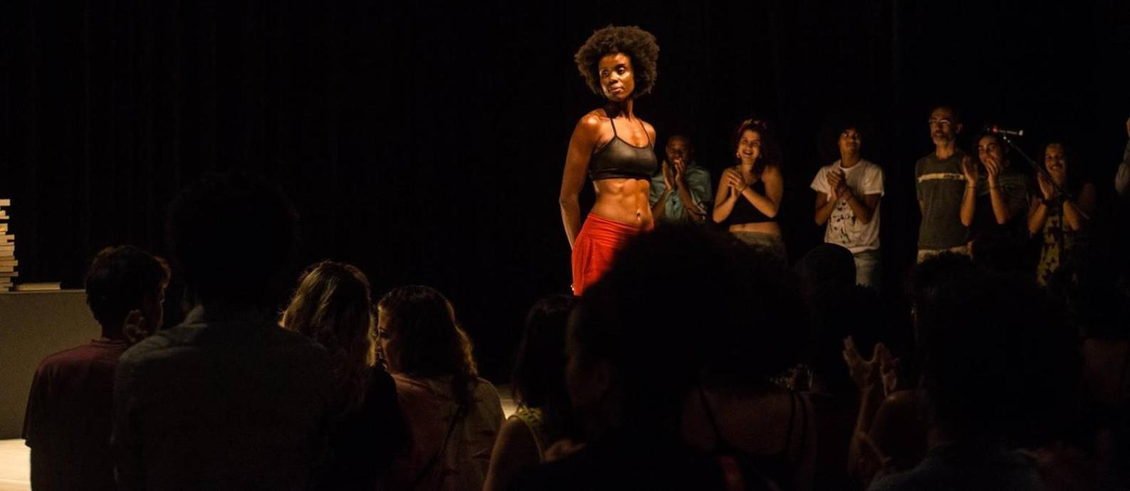 Luciane Ramos-Silva, em cena de 'Olhos nas costas e um riso irônico no canto da boca' Foto: Dayse Serena / Divulgação