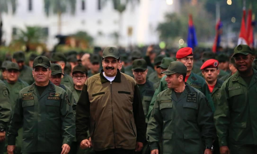 Maduro marcha acompanhado de militares do Exército venezuelano no Forte Tiuna, em Caracas. Evento teve o objetivo de demonstrar o apoio das Forças Armadas ao presidente depois quie Guaidó conclamou os militares a se juntarem à oposição para depor Maduro Foto: HO / AFP