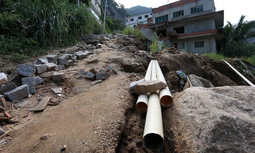 Vinte dias após o desmoronamento de dois prédios na Muzema, a região apresenta sinais de abandono do poder público Foto: Fabiano Rocha / Agência O Globo