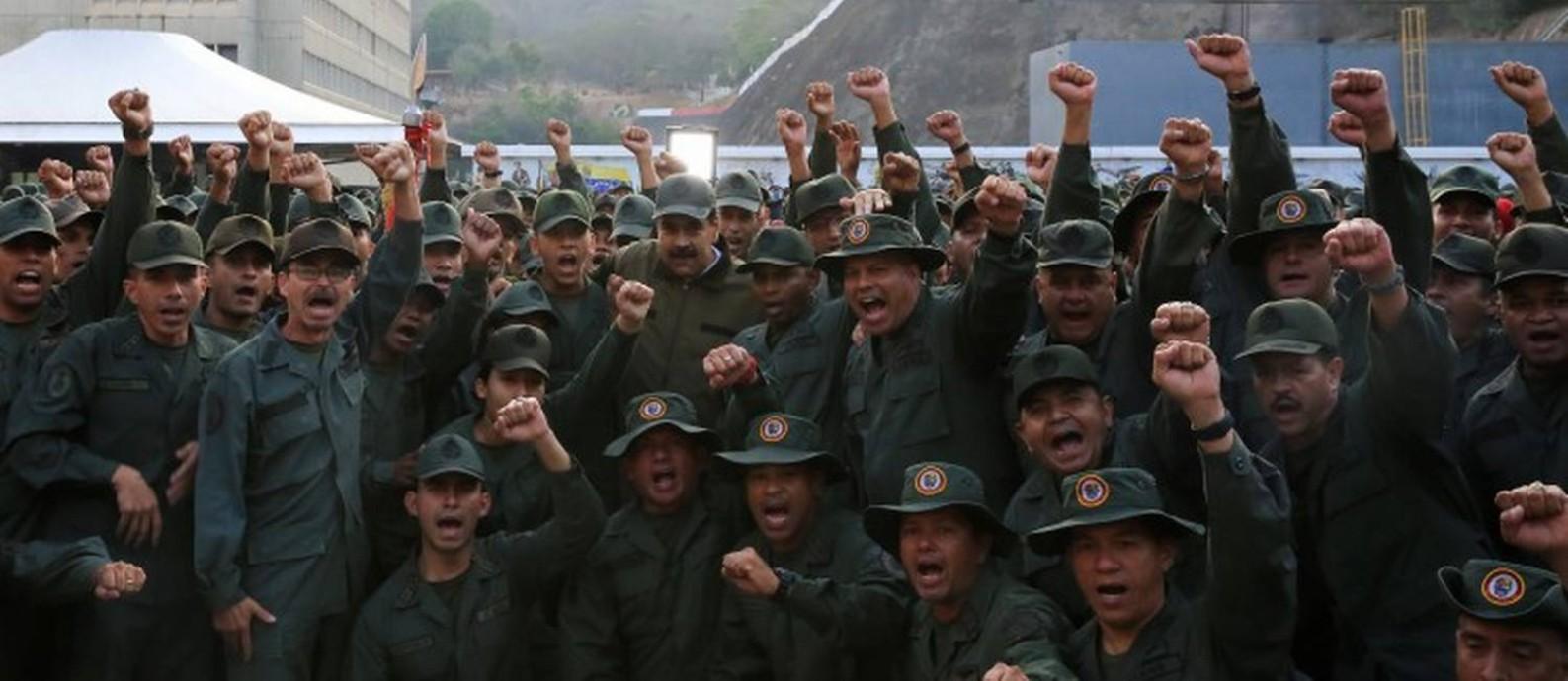 O presidente da Venezuela, Nicolás Maduro, posa com militares no Forte Tiuna, em Caracas Foto: HANDOUT / REUTERS