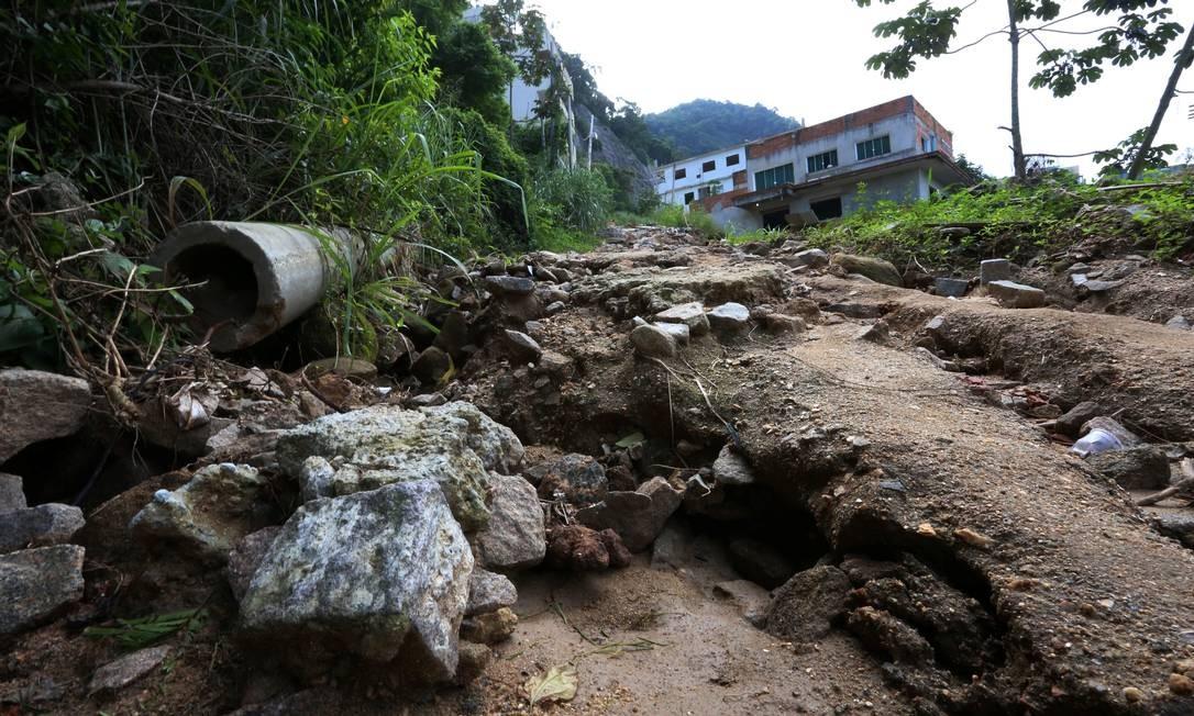 O condomínio Figueiras do Itanhangá não teve desde então qualquer reparo nas ruas nem coleta de lixo Foto: Fabiano Rocha / Agência O Globo