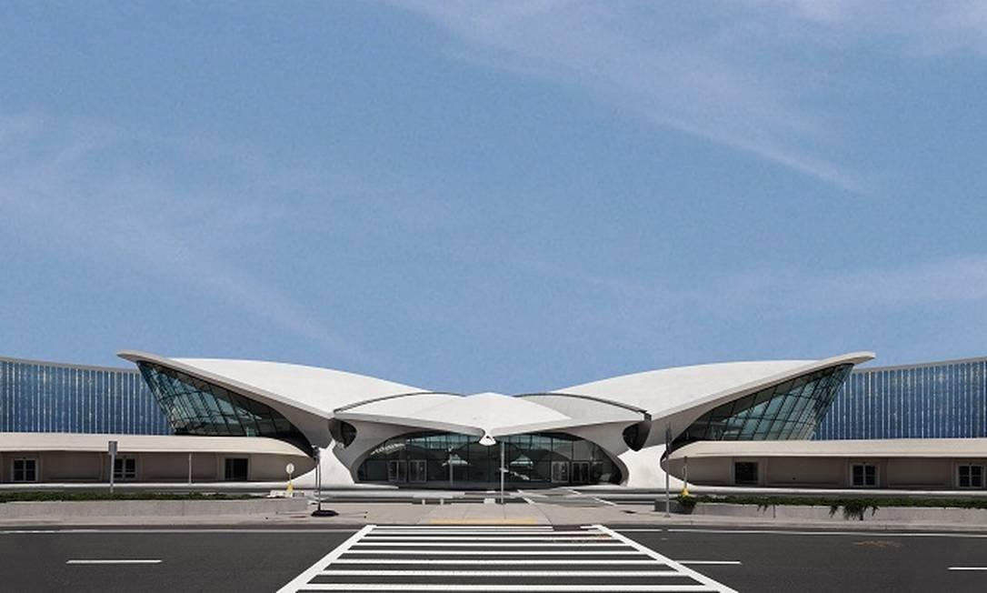 Projeção mostra como ficará o TWA Hotel, com as duas novas alas de quartos ao lado do antigo terminal no aeroporto de JFK, em Nova York Foto: TWA Hotel / Divulgação