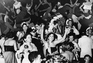 Foliões comemoram baile de Carnaval no Theatro Municipal, em 1952 Foto: Matias Rezende / Agência O Globo