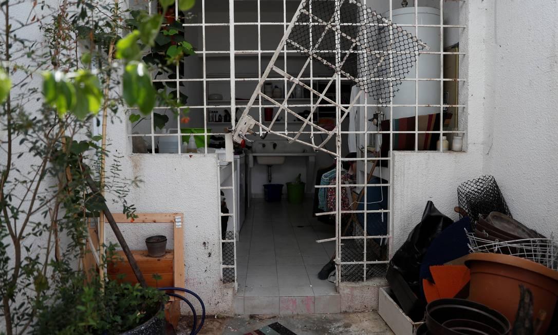 Portão foi destruído após a invasão de agentes do Sebin Foto: CARLOS GARCIA RAWLINS / REUTERS