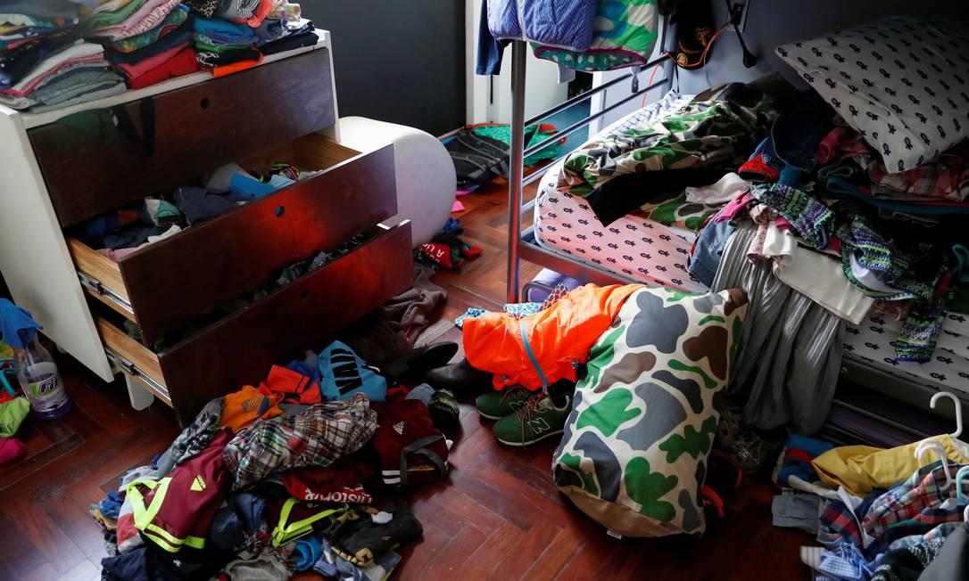 Objetos pessoais e roupas também ficaram espalhados pelos cômodos da casa. Nos fundos, por onde entraram os agentes do Sebin, ainda tem uma pilha de roupas para ser passada Foto: CARLOS GARCIA RAWLINS / REUTERS