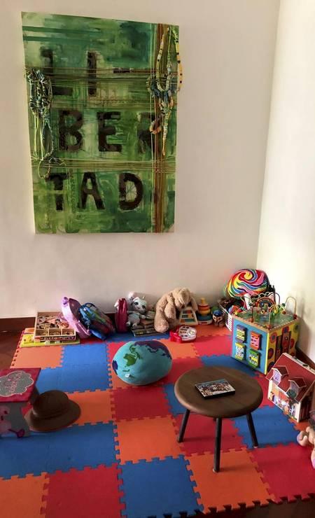 Os brinquedos dos filhos do casal ainda estão lá, e num dos cantinhos onde as crianças costumavam ficar ainda está pendurado na parede um quadro com a palavra liberdade Foto: Janaína Figueiredo / Agência O Globo