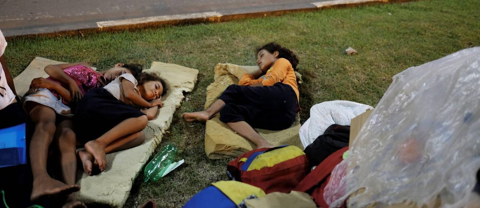 Crianças venezuelanas dormem à beira de estrada em frente à estação de ônibus de Boa Vista: fluxo de imigrantes pode aumentar com piora da crise, diz prefeita da capital de Roraima Foto: NACHO DOCE/Reuters/23-08-2018