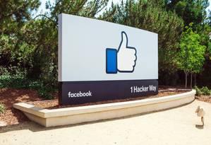 Outdoor na entrada da sede do Facebook em Menlo Park, Califórnia: punição por discurso de ódio e violência Foto: Divulgação/Facebook