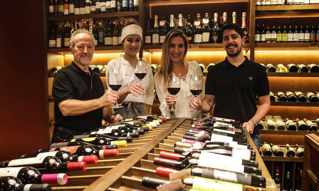 Paulo Pacheco (à esquerda), Heaven Delhaye, Candice Marocco e Pedro Pacheco: sinergia e novos negócios Foto: Gabriela Fittipaldi / Agência O Globo