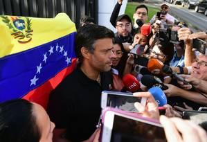 Leopoldo López conversa com jornalistas diante da embaixada da Espanha em Caracas Foto: RONALDO SCHEMIDT / AFP