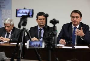 O presidente Jair Bolsonaro faz transmissão ao vivo ao lado dos ministros de Segurança Institucional (GSI), general Augusto Heleno, e da Justiça e Segurança Pública, Sergio Moro Foto: Marcos Corrêa/PR / Marcos Correa